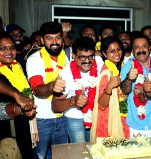 கன்னி மாடம்' திரைப்பட குழுவினர் வெற்றியை ரசிகர்களுடன் சேர்ந்து கொண்டாடினர்!
